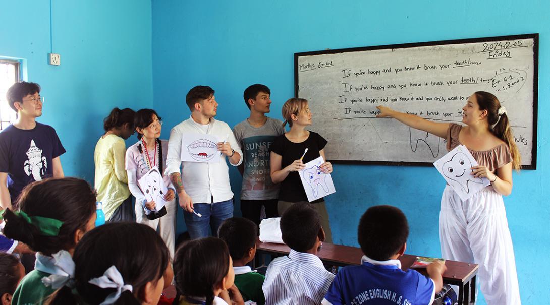 Internos de medicina en Nepal en una presentación sobre higiene.